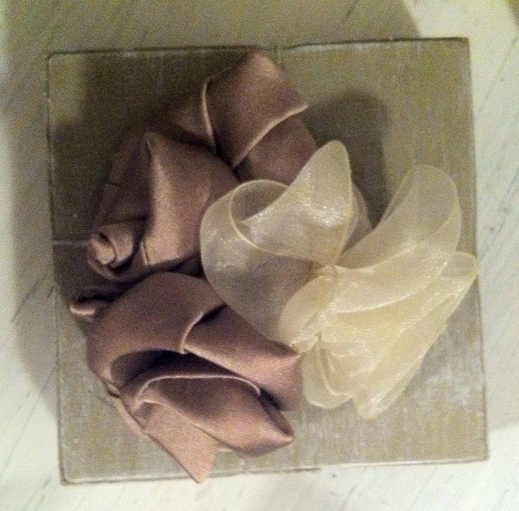 Scatolina in legno con rose in raso e organza realizzate a mano. Può essere…