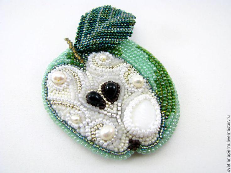 """Купить брошь-кулон """"Зелёное яблоко"""" - зелёный, перламутр, японский бисер, жемчуг, брошь"""