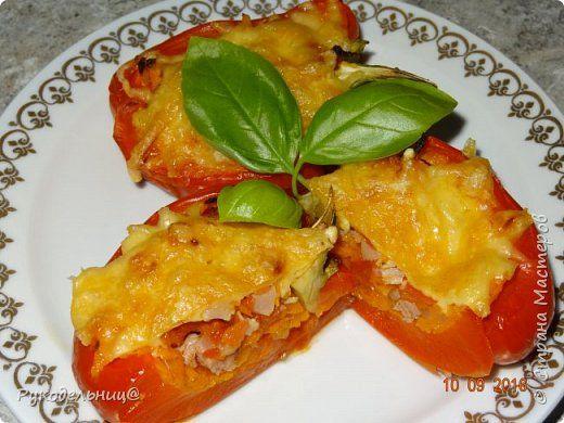 Перцы фаршированные овощами и копчёной курицей.