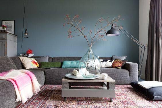 Воздушный голубой цвет в интерьере сочетает в себе радость и беззаботность, умиротворение и спокойствие, ясность и свежесть. В естественной природе голубой цвет присутствует повсеместно, и поэтому идеально гармонирует практически со всеми цветами. Вы можете выбрать голубой цвет «Стокгольм» для своего интерьера и заказать у нас ремонт!