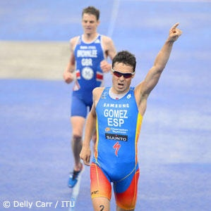 Javier Gomez won a furious duel with Jonathan Brownlee to win the ITU Grand Final as Brownlee's runner-up sewed up the World Triathlon Series points championship on a rainy day in Auckland.