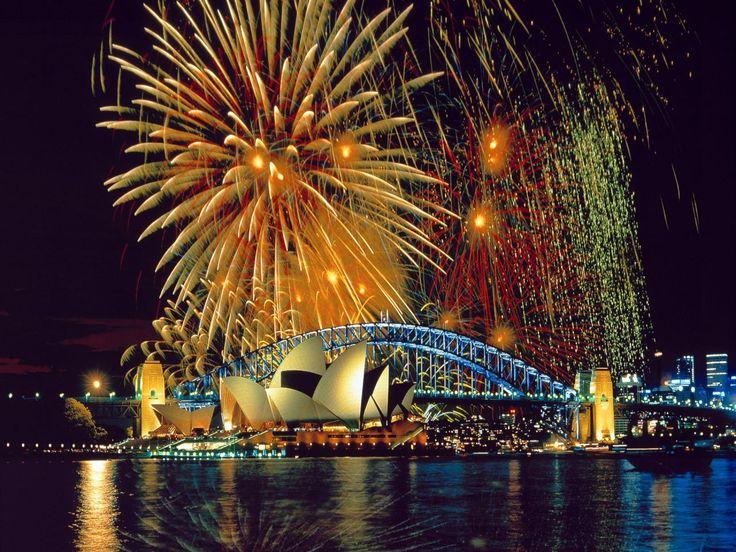 Fireworks over the sky of Sydney Opera.   (10 Beautiful Photos)