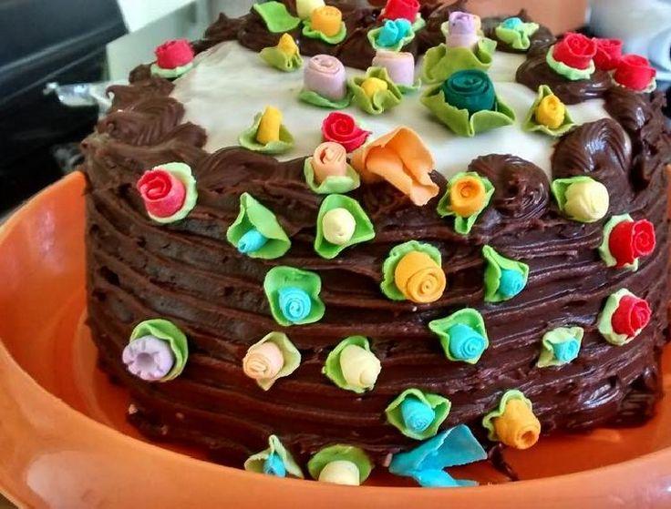 Una torta bien chocolatosa que invade nuestros sentidos y nos invita a comer.