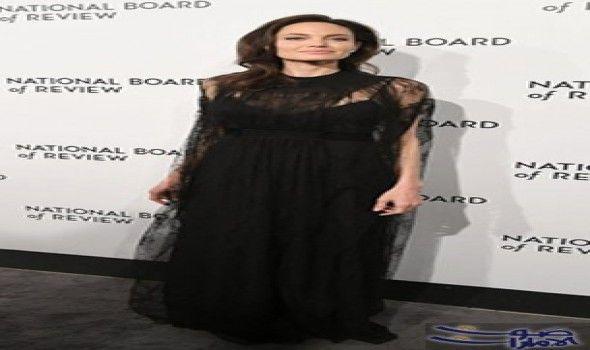أنجلينا جولي بفستان أسود من قماش الدانتيل الأنيق خطفت النجمة العالمية أنجلينا جولي أنظار الحضور وعدسات ال Brad Pitt And Angelina Jolie Angelina Jolie Fashion