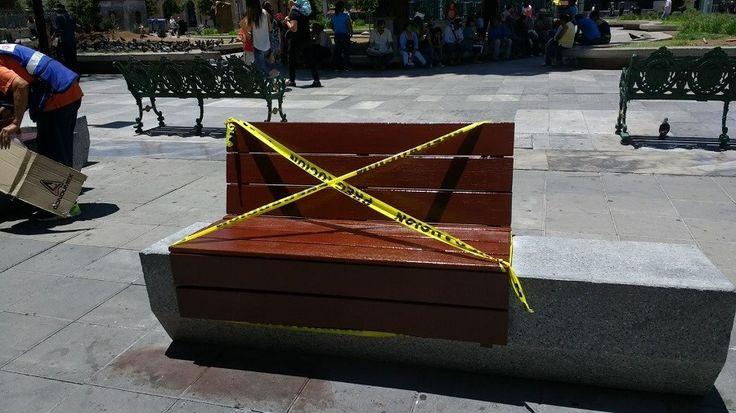 <p>Chihuahua, Chih.- Continúan los arreglos en la plaza de armas, hoy se realizaron trabajos de pintura en las bancas del lugar.</p>  <p>Por