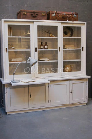 Bijzondere oude brocante vitrinekast met uitschuifplank en vakken achter de deur! Te koop bij www.old-basics.nl (webshop& loods vol brocante / vintage / Shabby chic)