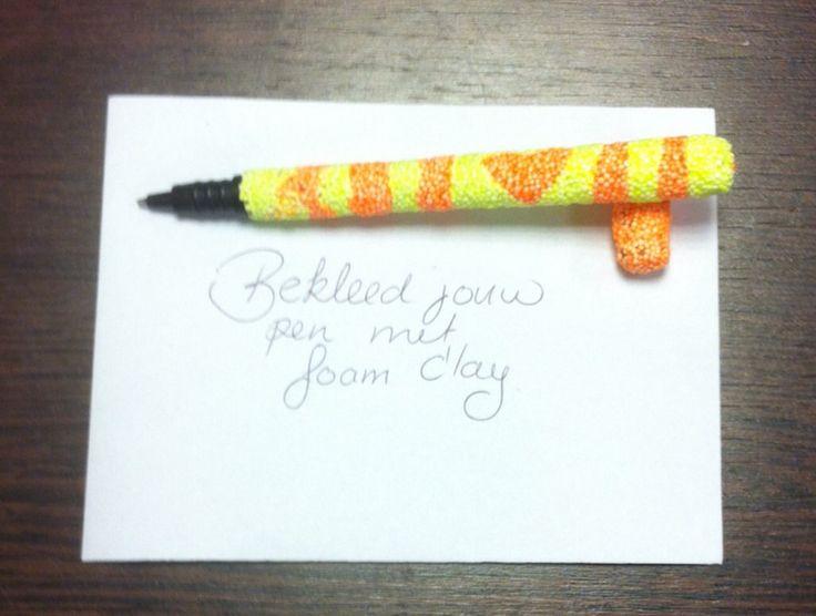Bekleed een basis pen met foam clay. Maak een dunne plak, knip met een schaar strookjes en wikkel deze om de pen.....