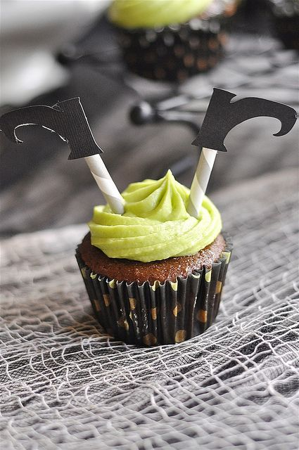Cutest witch cupcakes @yourhomebasedmom.com #cupcakes #Halloween