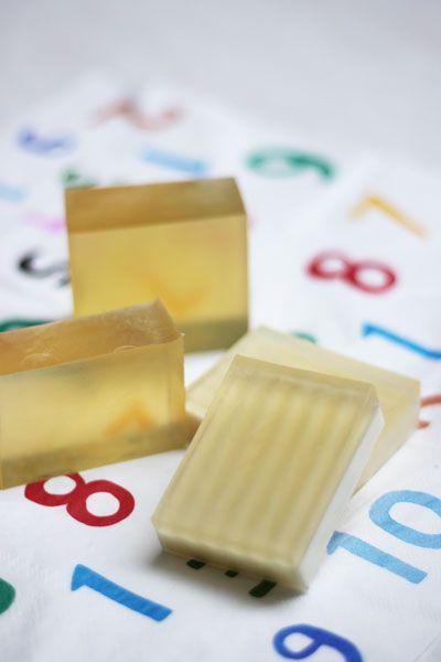 せっけんノート:透明石けん 作り方の一例 手前のは、チーズ包丁で真っ二つにカットした石けんの上に、透明生地を流したよ