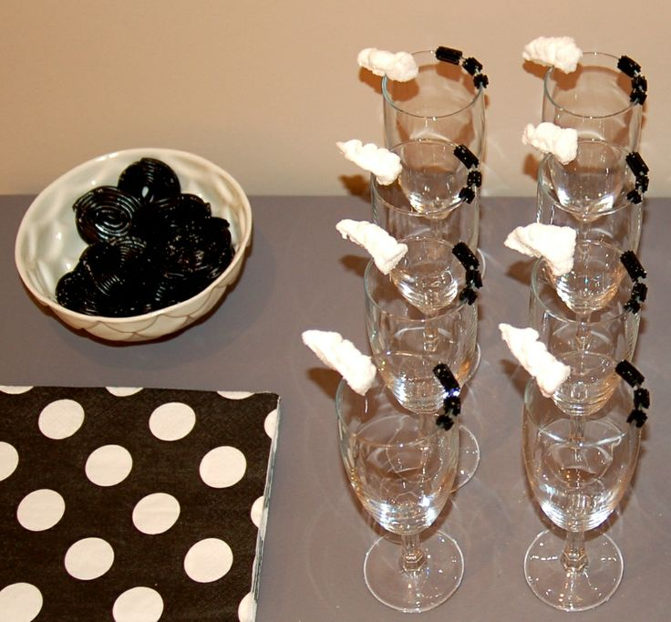 Black and White party, liquorice and marshmallow decorations, at http://www.desig-design.com
