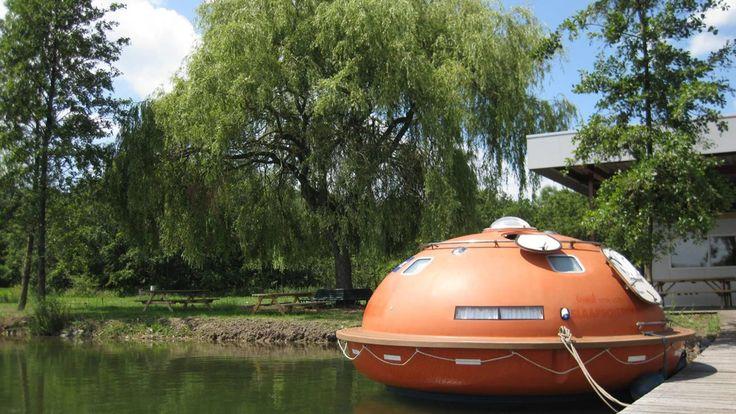 saljoet Netherlands Overnachten in een reddingsboot  Op Camping Het Buitenhuis in Ewijk, Gelderland, kun je in een reddingscapsule stappen om de nacht door te brengen. Deze authentieke Saljoet hoorde bij een booreiland, waar hij 28 personen in geval van nood veiligheid kon bieden. Nu kun je zonder gevaar samen overnachten in deze originele reddingscapsule: knus en bijzonder!