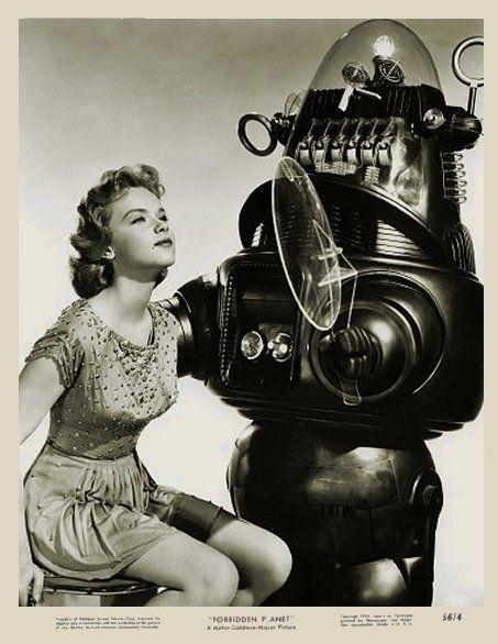 Altaira Morbius (Anne Francis) y Robby, el Robot en Perdidos en el espacio de 1956.