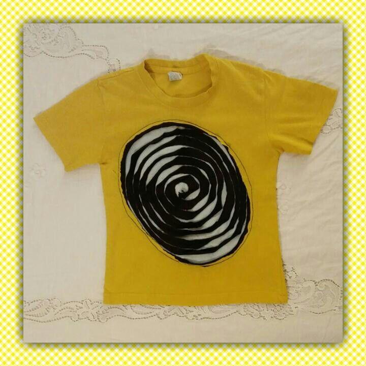 Mio figlio la chiama: la maglietta con la rotella di liquirizia. Ho recuperato la maglietta gialla che aveva una  stampa consumata sostituendoli con due pezzi di stoffa recuperati da altrettante magliette.