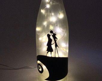 Botella de vino reciclada hecha en una lámpara de Jack y Sally de pesadilla antes de Navidad en el frente. Una decoración de dormitorio grandes, esta luz es el accesorio perfecto para cualquier habitación y es un regalo del gran aniversario, boda o regalo de cumpleaños!  Se trata de una botella de vino grande, de color verde pero botellas pequeñas (tamaño regular), diversas formas, y colores están disponibles (ver imagen de arriba). Las luces de interior pueden ser regular dos clavijas…