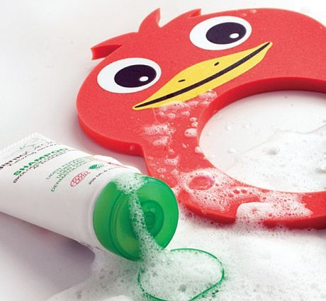 Showercap functioneaza ca protectie pentru ochi atunci cand spalati copilul pe cap dar si ca jucarie pentru baie sau pentru curtea din spatele casei.