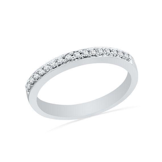 Ergänzen Sie Ihre vorhandenen Verlobungsring mit diesem atemberaubenden eine halbe Ewigkeit Diamant Ehering. Diese Diamant-Hochzeit-Band verfügt über ein zeitloses Gefühl, die Trends überdauern wird. Diese Ewigkeit-Band hat eine hohe polierte Oberfläche und 0,12 ct. tw Karo.  INFORMATIONEN ÜBER DEN RING Ringgrößen: 4,5 bis 8,5, inkl. 1/2 Größen Verfügbaren Ring Metall: Sterling Silber, 10 k Weissgold, 14 k White Gold Finish: poliert  Stein: Diamanten CT TW: 0.12  Diamant-Qualität: I2-I3 ...