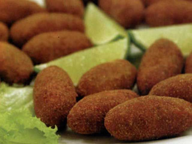 Portuguese Beef Croquettes (Croquetes de Carne) - Easy Portuguese Recipes- since my grandfather was full Portuguese I would like try these. Maybe when my dad is here :)