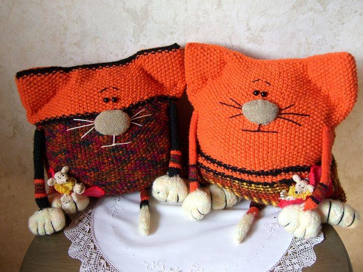 Вязаные подушки «Котики»