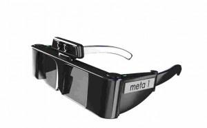 Augmented Reality Brille.  Augmented Reality steht für die erweiterte Realität. Dabei werden Realität und virtuelle Inhalte vermischt und interagieren miteinander. Anfänge sehen wir bereits bei Apps für das Smartphone oder das Tablet, bei dem die Umgebung mit der Kamera festgehalten wird und auf dem Display des Geräts zusätzliche Informationen in Echtzeit angezeigt werden.