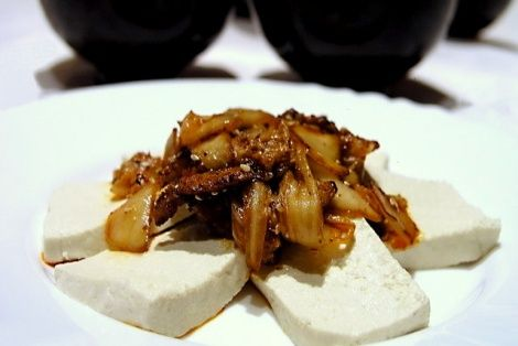 Tofu jest cenionym dodatkiem kuchni orientalnej na całym świecie. W Korei produkuje się jedno z lepszych odmian tofu na naszym globie. Dlatego wspaniałym pomysłem jest połączyć tofu wraz ze smażoną kapustą kimchi. Potrawa smakuje wyśmienicie a dodatek kim