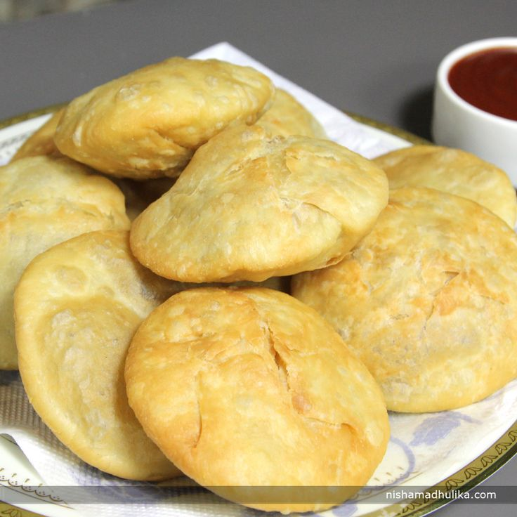 Besan kachori is a tasty and a great variation to the authentic recipe of kachoris. These kachoris are filled up with besan stuffing sautéed with other spices and deep fried till crispy and golden brown.  Recipe in English - http://indiangoodfood.com/972-besan-kachori-recipe.html (copy and paste link into your browser) Recipe in Hindi -http://nishamadhulika.com/903-besan-kachori-recipe.html  (copy and paste link into your browser)