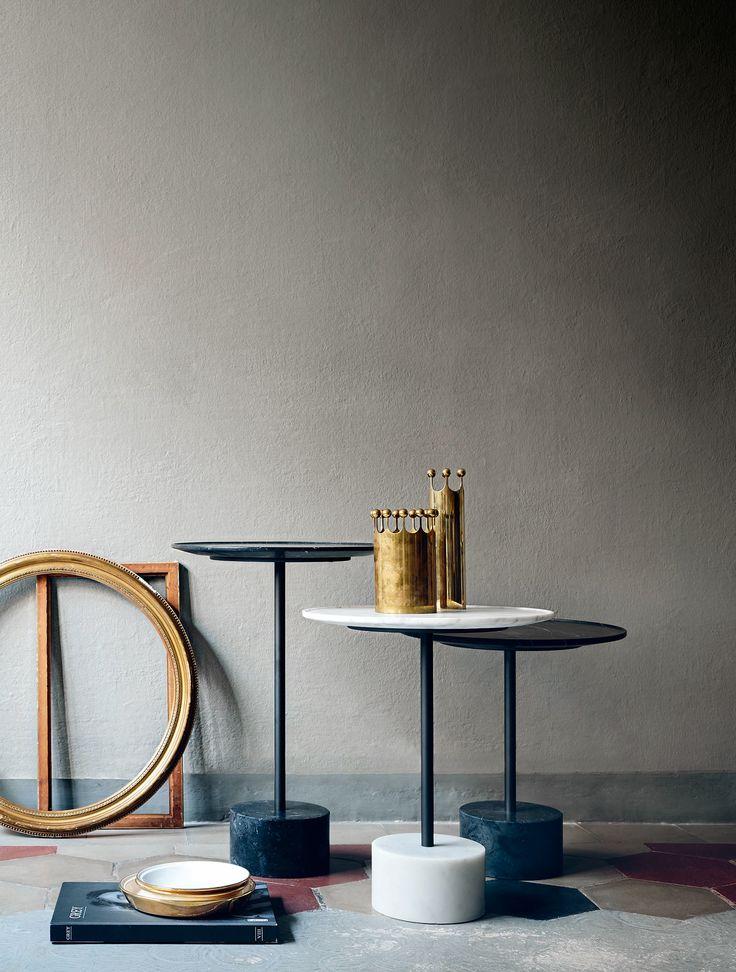I tavolini 9 di Cassina, design Piero Lissoni, hanno basi in marmo bianco…