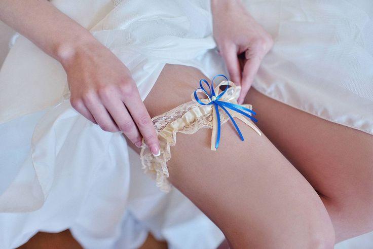 Elegantní podvazek s modrou mašličkou