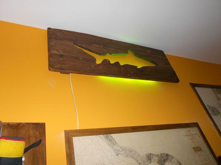 Pannello da parete retro illuminato riciclando pallet e ...