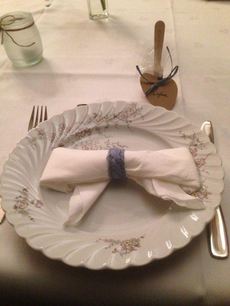 Bruden strikket serviettringer og brettet sløyfer av serviettene.