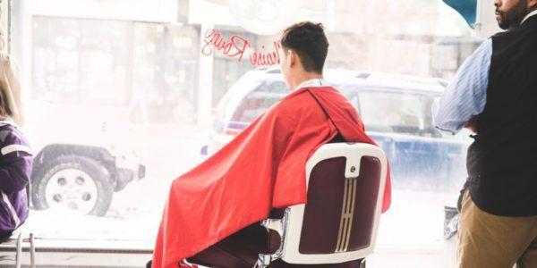 (cerita Lucu) ~ Tukang cukur terlihat tengah sibuk menggunting rambut…
