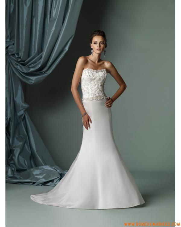Robe de mariée évasée bustier ornée d'applique et de perles