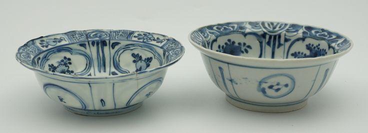 Twee diverse blauwwit porseleinen klapmuts kommetjes, één met decor van figuur in landschap, Wanli China 17e eeuw, de ander met decor van een hert, Arita, Japan, 17e eeuw