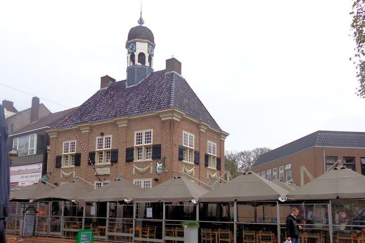 Het Oude Raadhuis stamt oorspronkelijk uit 1489, maar werd in 1691 geheel herbouwd. Het gebouw heeft in de loop der tijd veel functies gehad. Zo heeft het o.a. dienst gedaan als stadhuis, gevangenis, rechtbank, kantongerecht, politiebureau, telegraafkantoor en bierbrouwerij. Het tweelaagse rechthoekige pand is in de jaren 70 van de vorige eeuw grondig gerestaureerd en teruggebracht in zijn oorspronkelijke 17e-eeuwse vorm.