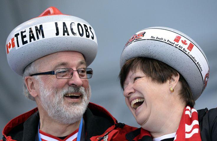 Les partisans du Canada au curling ont de beaux chapeaux! L'équipe canadienne masculine a remporté ses deux parties, le dimanche 16 février, en battant les États-Unis 8-6 et la Chine 9-8