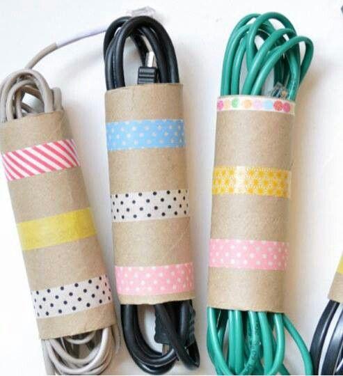 Reutilice los cilindros de cartón de las toallas de cocina, como organizadores para sus extensiones eléctricas.