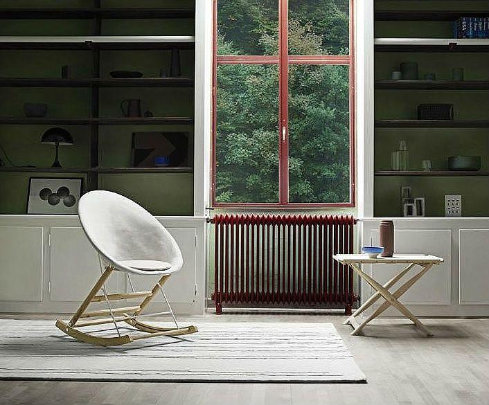 Een schommelstoel van hout, leer en canvas. Rocking Nest van Carl Hansen is een moderne variant op de traditionele wipstoel en is ook nog eens opvouwbaar!