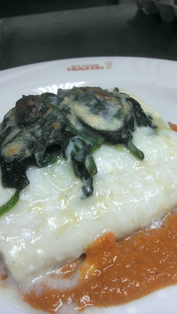 Lomo de bacalao sobre salsa Vizcaína napado con bechamel de espinaca