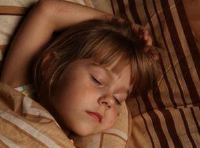 Entre difficultés à s'endormir, peurs nocturnes, réveils fréquents et/ou précoces, les enfants aussi peuvent avoir des problèmes de sommeil et être fatigués. Comment les aider ? Conseils du Dr Bernard Chemouny, homéopathe.