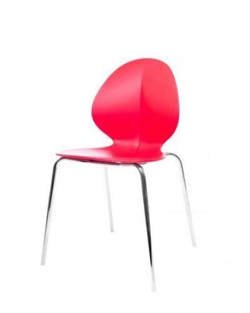 Elegantní plastová židle v červené barvě na kovových nohách.   Pokud toužíte po nadčasovém interiéru, jsou pro Vás plastové židle to pravé. Velmi oblíbený design 50. let příjemně oživí Váš domov a navíc už nebudete chtít sedět na ničem jiném.