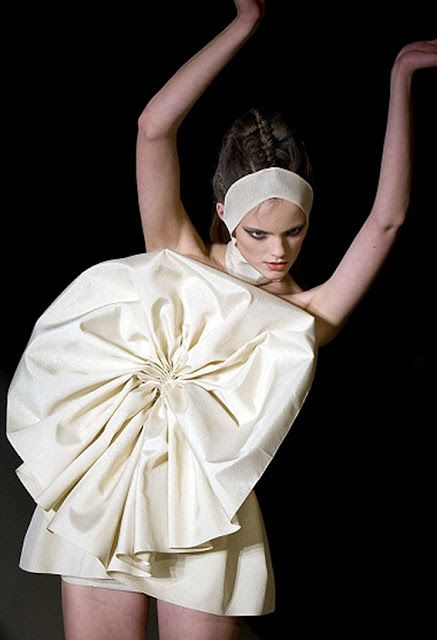 Sculptural Fashion with an elegant use of fabric manipulation to create shape & structure - 3D fashion; wearable art // Jan Taminiau