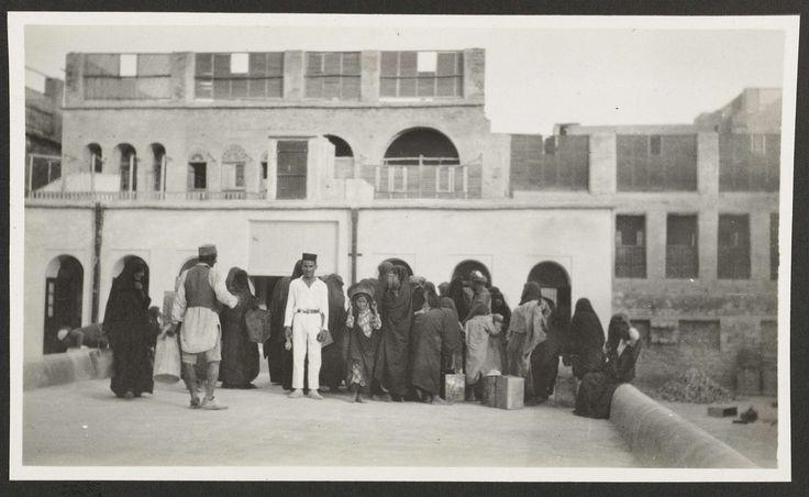 A.G.A. van Eelde   Watertank waaruit Arabische vrouwen water halen te Bushire, Perzië, A.G.A. van Eelde, 1925   Gemetselde tank voor de woning waar de fotograaf met zijn medereizigers verbleef.