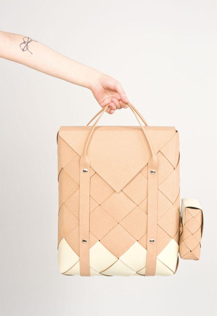 Una bonita y original mochila hecha de anchas tiras de cuero trenzadas a la que le podemos sumar, si queremos, compartimientos/bolsillos extras que a la vez nos pueden valer por separado como bolsos de mano.                    Photos: …