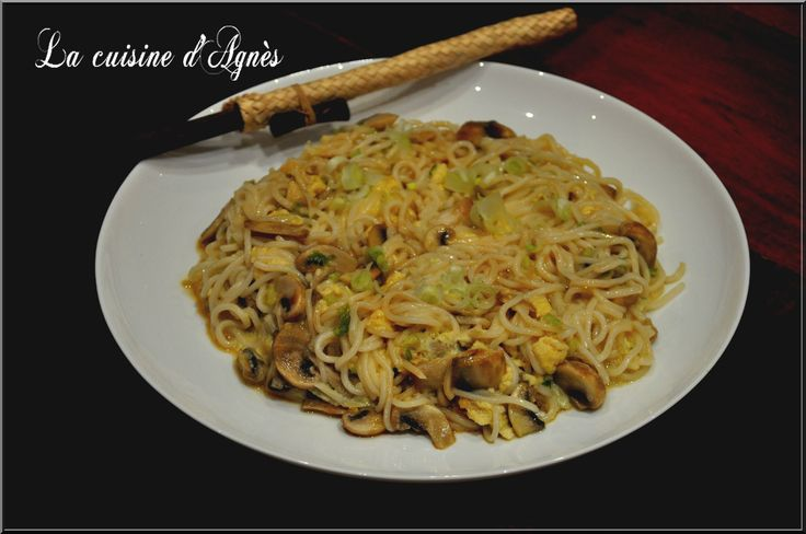 une cuisine saine à faible budget avec une omelette asiatique qui change d'ordinaire et qui s'accompagne très bien avec une poêlée de brocolis avec des cacahuètes (par exemple) pour un repas complet