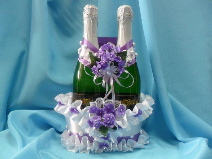 Корзинка ручной работы для двух бутылок шампанского из атласа белого цвета. Декор:ленты белого и сиреневого цвета, фиалки и жемчуг. #корзинка #свадьба #бутылки #шампанское #фиалки #белый #сиреневый #жемчуг #декор #ручнаяработа #soprunstudio