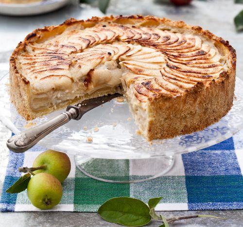 Äppelpaj med knäcktäcke ● 1 paj, ca 12 bitar Mördeg 125 g smör eller margarin 3 dl vetemjöl 2 msk socker 1 litet ägg Fyllning 5 dl mjölk 6 äggulor 1 dl socker 2 msk potatismjöl...