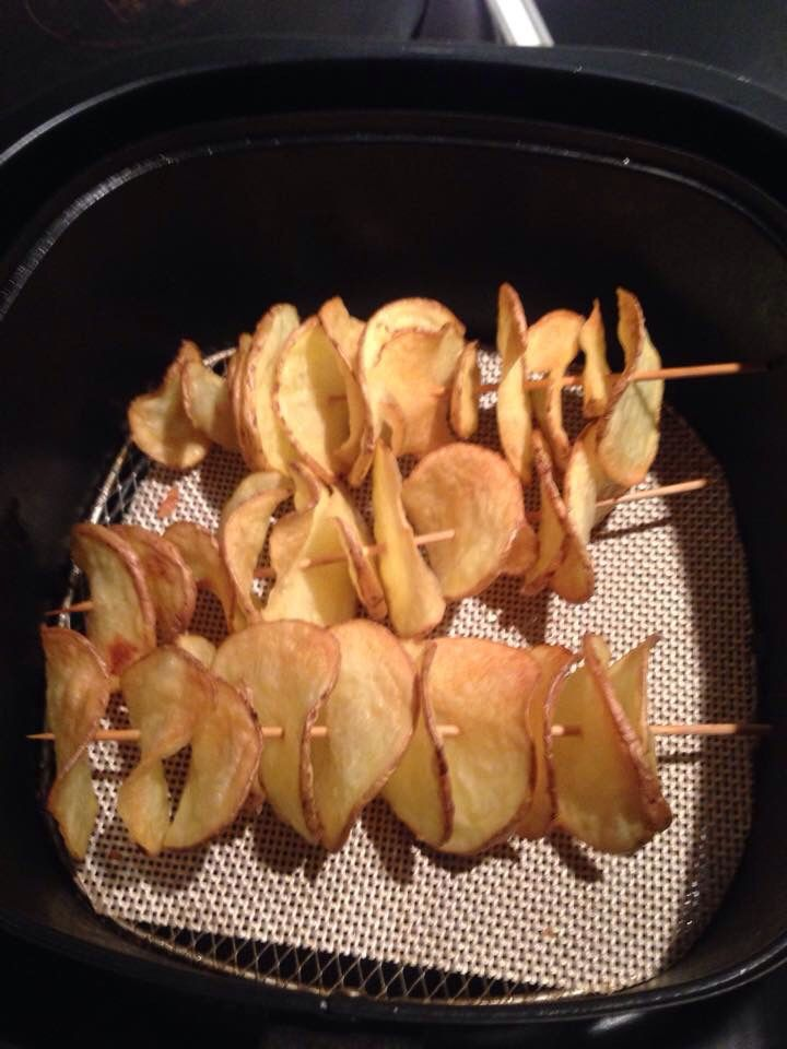 Aardappels snijden met een zg spiraalsnijder. Half uurtje weken, dan aan de saté prikker en 12 minuten op 180 gr. Ook gelezen; 9 minuten op 200 gr.