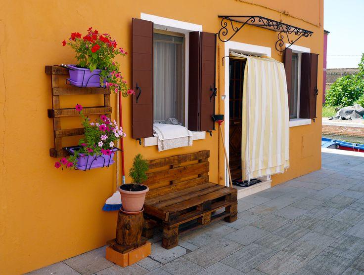 Уличная мебель и кашпо для цветов из паллет. Снято на острове Бурано в Венецианской лагуне. #паллеты, #садоваямебель, #pallets, #palletfurniture