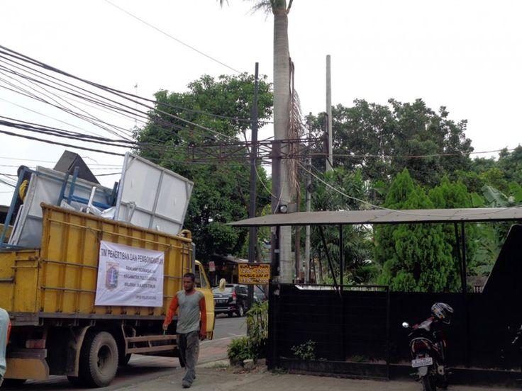 Kendaraan truk untuk mengangkut papan reklame hasil penertiban dan pembongkaran oleh UPPD Pulo Gadung