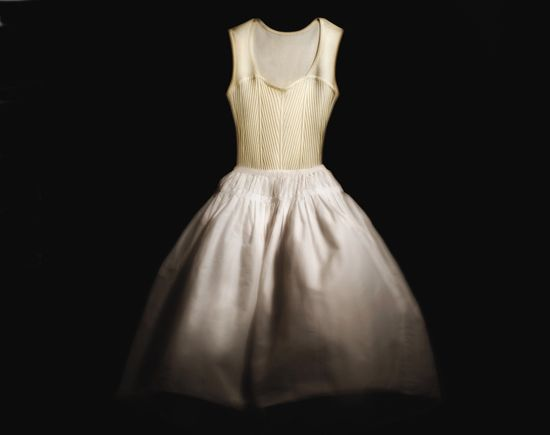 2012: for the first time, Repetto presents a ready-to-wear collection inspired by the dancer's clothing. The iconic, timeless and pure models embody the feminine, light and graceful silhouette.