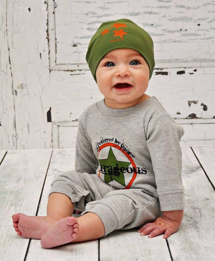 vetements-bebe-garcon-chapeau-vert-blouse-pantalon-sport-gris vêtements bébé garçon